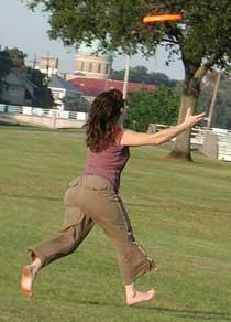 astuces pour perdre du poids : lancer et aller chercher le frisbee